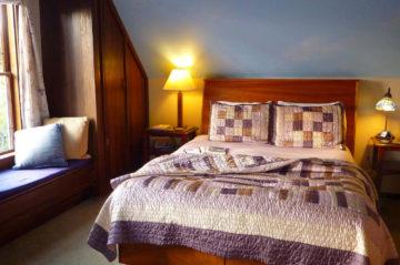 Sea Breeze room - Bed, nightstands and window seating